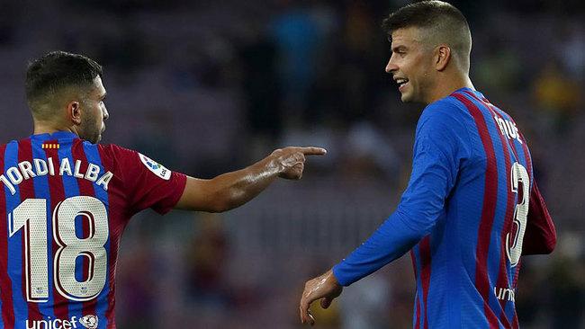 Jordi Alba y Piqué, en el Barcelona-Real Sociedad disputado en el...