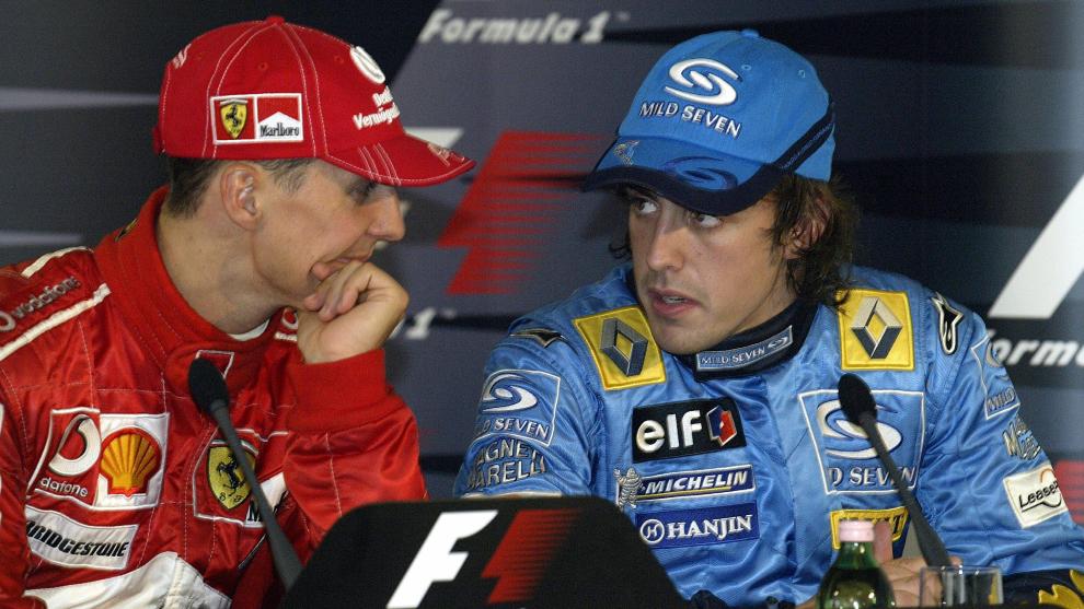Schumacher habla con Alonso.