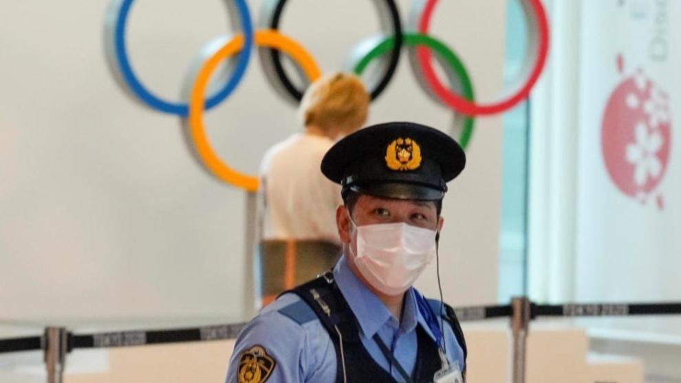 Un agente en el aeropuerto internacional de Tokio.