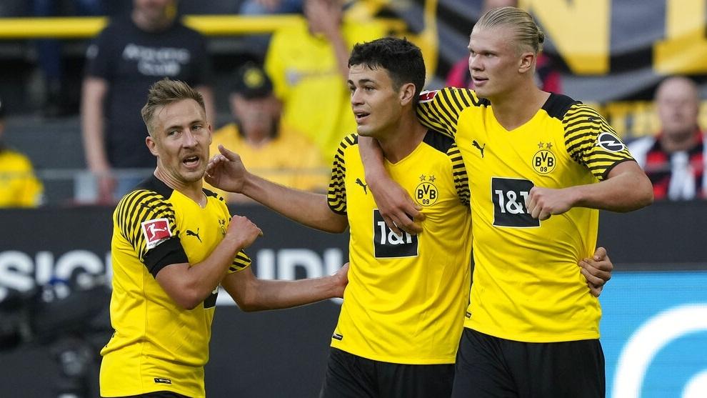 Gio Reyna celebra el cuarto gol de su equipo con Erling Haaland y Felix Passlack.