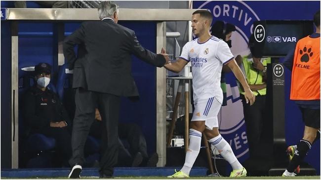 Eden Hazard y Carlo Ancelotti en el partido de Mendizorroza contra el...