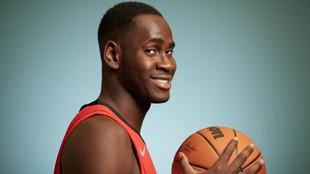 Usman Garuba, en la sesión de fotos oficial de los Rockets.