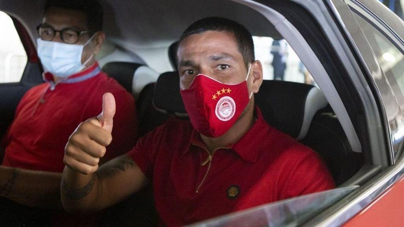 Rony Lopes llegando a las instalaciones del Olympiacos.