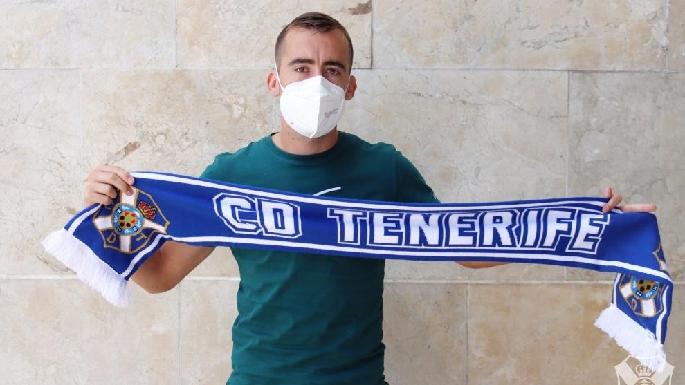 Pedro Díez con una bufanda del Tenerife.