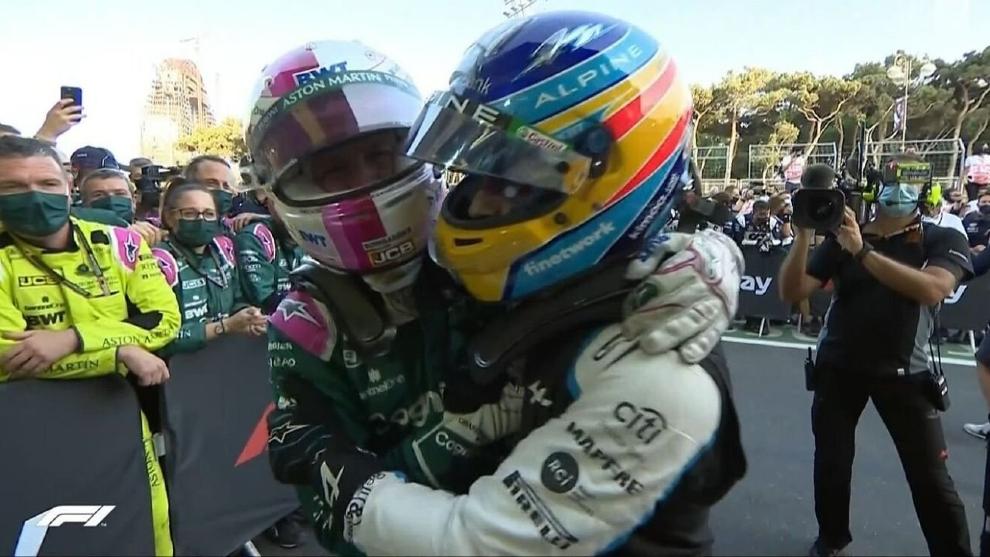 Alonso y Vettel se abrazan.