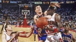 Michael Jordan recibe la dura falta de Bill Laimbeer.