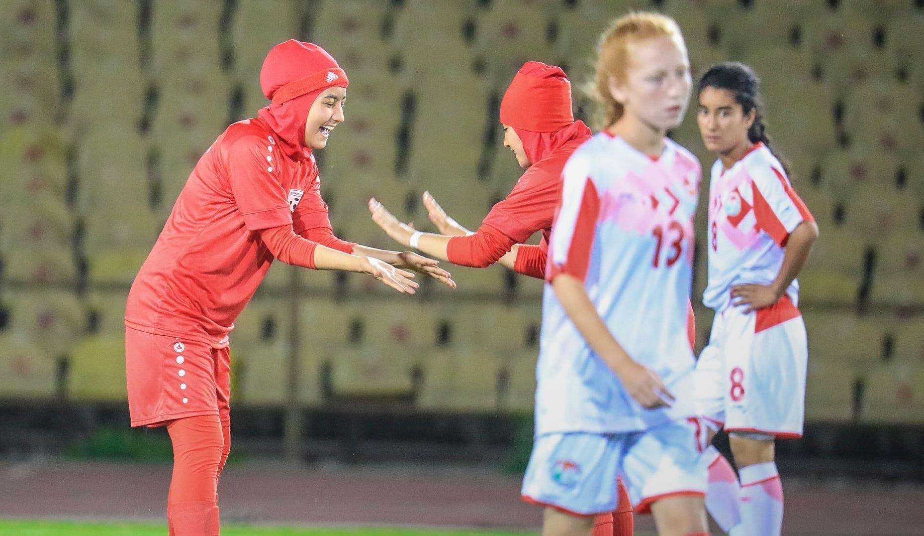 La selección femenina sub 20 de Afganistán celebra un gol