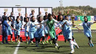 El equipo femenino representante de Herat celebra el título de Liga...