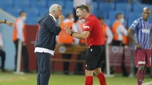 Jose Mourinho conversa con el colegiado Matej Jug.