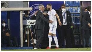 Benzema saluda a Ancelotti durante el partido ante el Alavés.