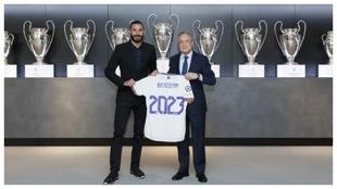 Benzema, junto a Florentino tras hacerse oficial la renovación.