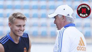 Odegaard y Ancelotti charlan durante un entrenamiento en Valdebebas