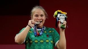 Polina Guryeva (21) con la medalla de plata.