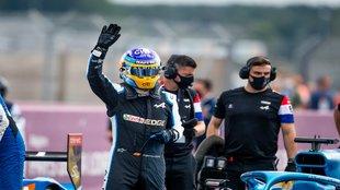 Alonso saluda al público en Le Mans.