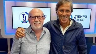Manolo Oliveros, con Paco González en los estudios de Tiempo de...
