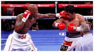 Instante del combate entre Yordenis Ugás y Manny Pacquiao.