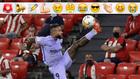 Memphis Depay controla un balón