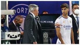 Asensio y Ancelotti, en el partido entre Alavés y Real Madrid en...