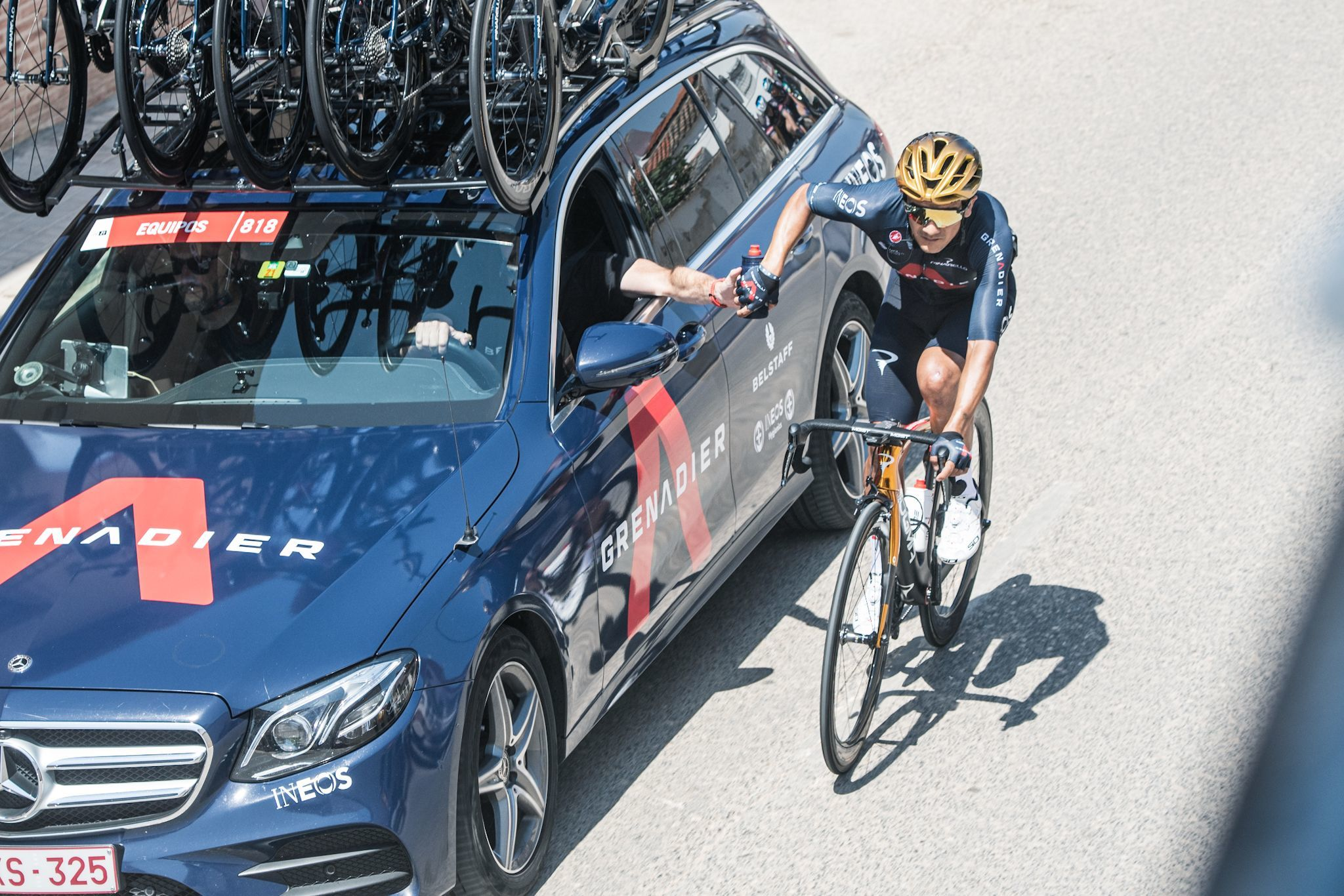El campeón olímpico Richard Carapaz recibe asistencia del Mercedes de su equipo.