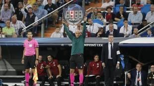 Una imagen de un cuarto árbitro enseñando cuatro minutos de añadido