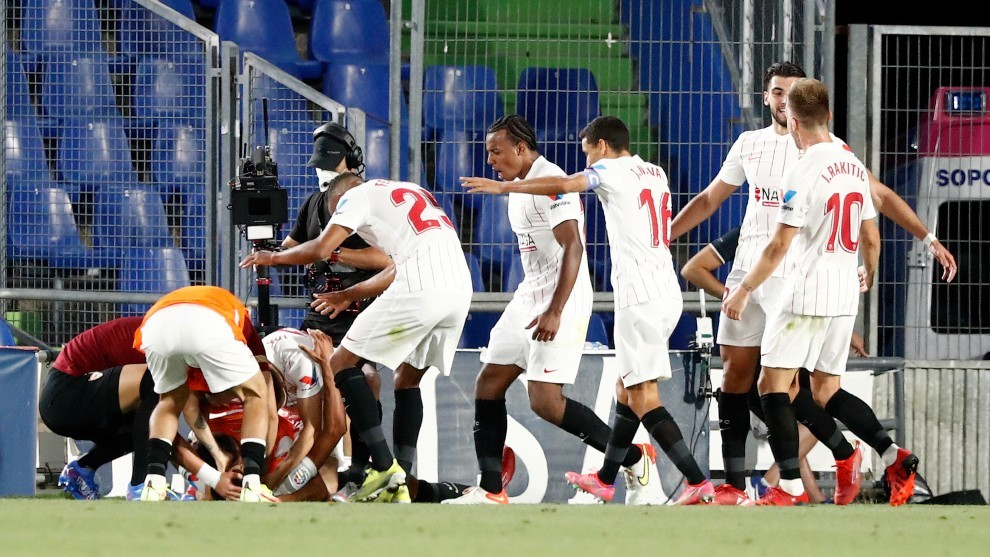 Los jugadores del Sevilla celebran el 0-1.
