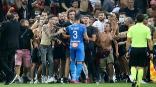 Álvaro González, del Olympique, se encara con varios aficionados del...
