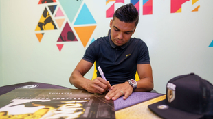 Casemiro firmando merchan de Case Esports