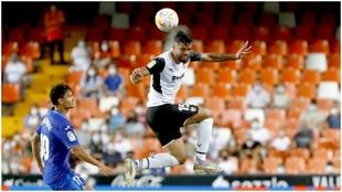 El jugador del Valencia Alderete, uno de los afectados por esta...
