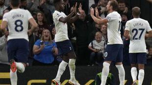 Kane celebra uno de sus goles de este jueves.