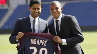 Mbappé posa con Al-Khelaifi el día de su presentación en el PSG