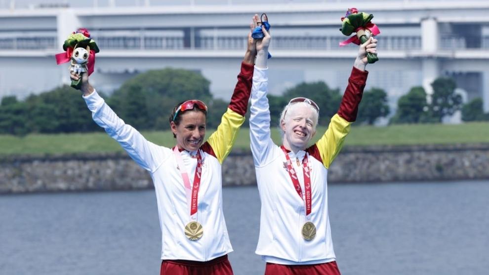 Sara Loehr y Susana Rodríguez celebran el oro paralímpico.