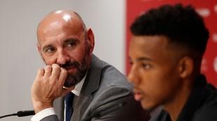 Monchi y Koundé, en la presentación del jugador en 2019.