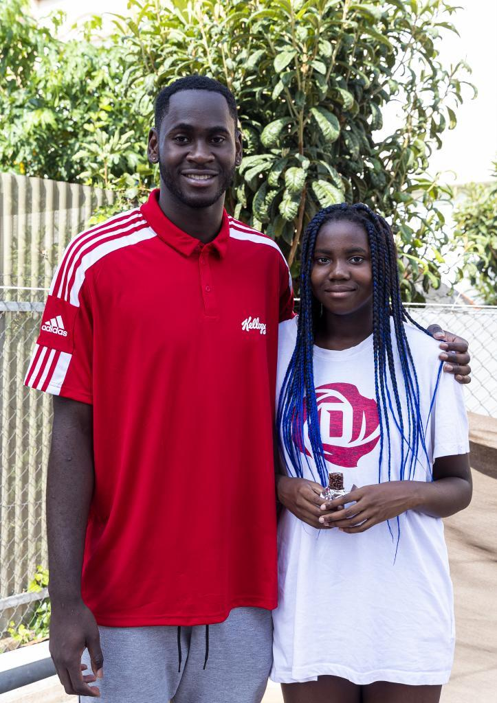 Usman Garuba posa junto a Uki, su hermana pequeña, que con 11 años y más de 1,80 m ya destaca en el baloncesto.