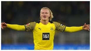 Haaland celebra el gol con el que le dio la victoria al Dortmund ante...