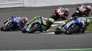 Mir, delante de Rossi y Rins, al inicio en Silverstone.