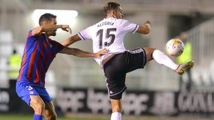 Fran García intenta que Álex Alegría no se haga con el balón.