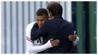 Mbappé y Leonardo se abrazan en el entrenamiento del PSG del sábado.