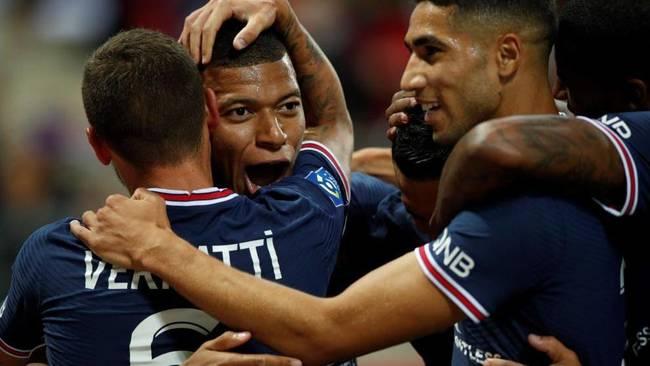 Mbappé es felicitado por sus compañeros tras marcar ayer ante el...