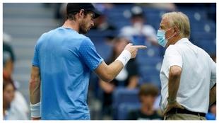Murray quejándose al supervisor del torneo Gerry Armstrong