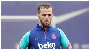 Pjanic, en un entrenamiento del Barcelona.