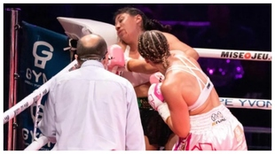 Momento en el que Jeanette Zacarías Zapata en noqueada por su rival.