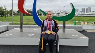 Marta Fernández posa con sus tres medallas en Tokio.