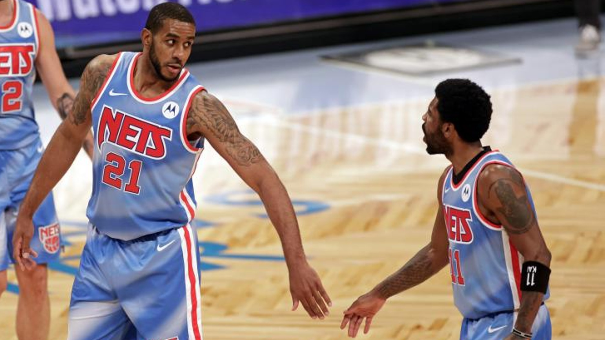 LaMarcus Aldridge habla con Kyrie Irving durante un partido de los Nets de la pasada temporada.