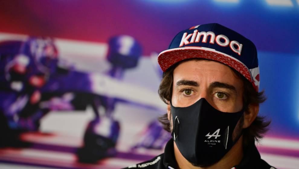 Alonso contesta a los medios durante un Gran Premio de F1.