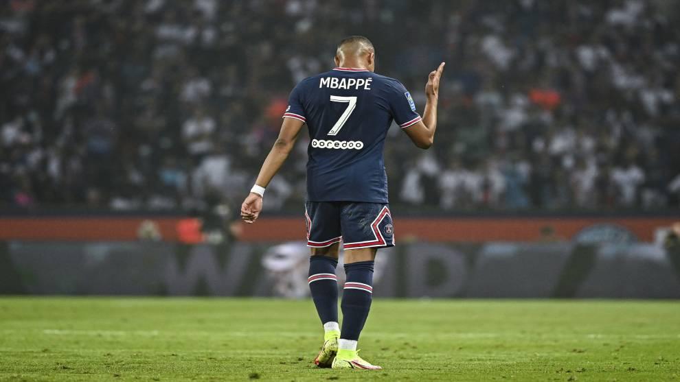 Mbappé durante un partido con su club.