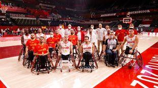 Miquel Iceta junto a la selección masculina de baloncesto.