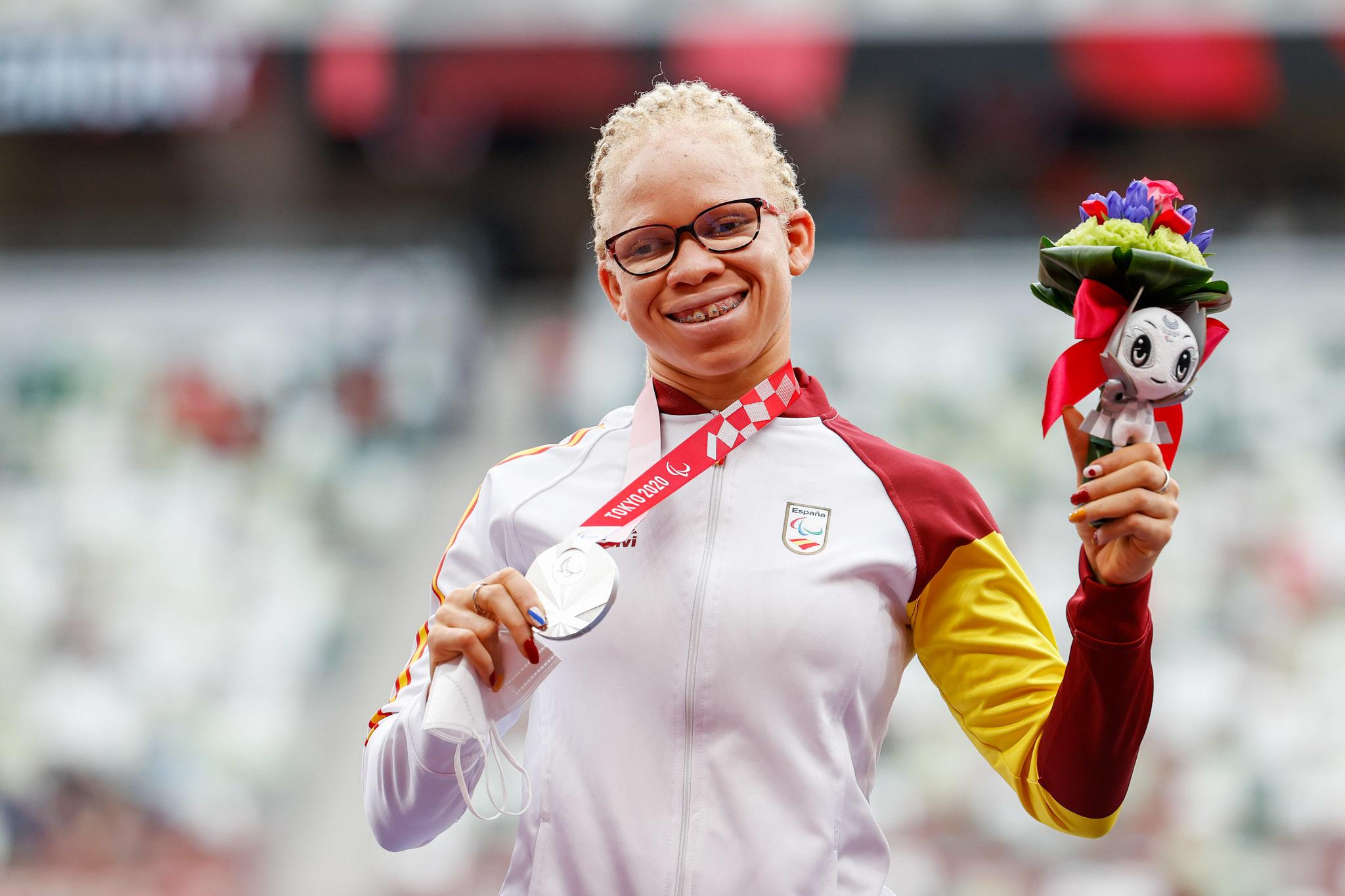 Adiaratou Iglesias posa con su plata en 400 metros.
