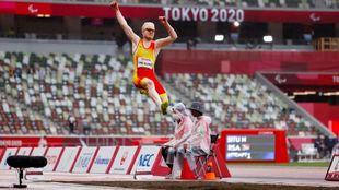 Iván Cano, en pleno salto de longitud en los Juegos de Tokio.