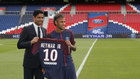 Neymar y Al Khelaifi, el día de la presentación del brasileño con...