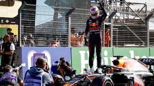 Verstappen celebra la pole ante sus aficionados en Zandvoort.
